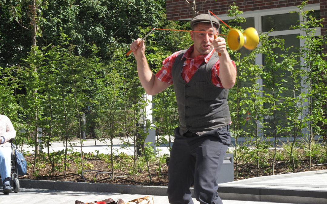 Foto: Clownartist Daniel Lorenz mit einem Diablo