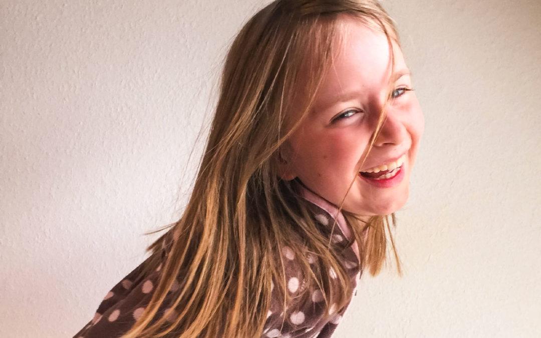 Foto: Lachendes Mädchen auf weißem Hintergrund