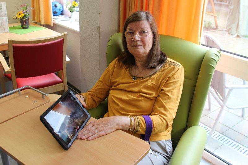 Frau Prümers zeigt ihr tablet