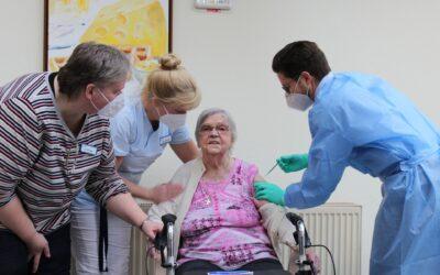 102-Jährige im Matthias-Claudius-Haus zuerst geimpft